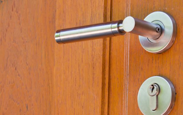 Pasos para Arreglar el tirador de la puerta